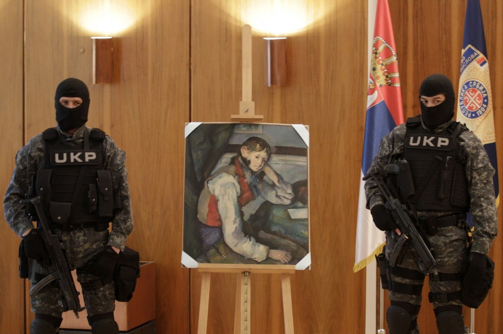 Serbian special police guarded the masterpiece in a news conference | Photo: Darko Vojinovic / AP
