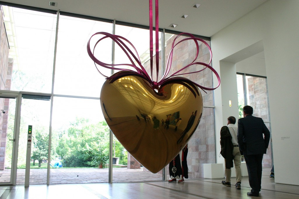 Jeff Koons, Hanging Heart (Gold/Magenta), 1994-2006.